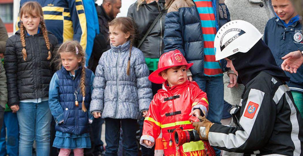 Een brandweerman en een brandweerman in spe. Foto: Maarten Feenstra.