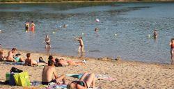 Bezoek een fijn strand in Nederland.