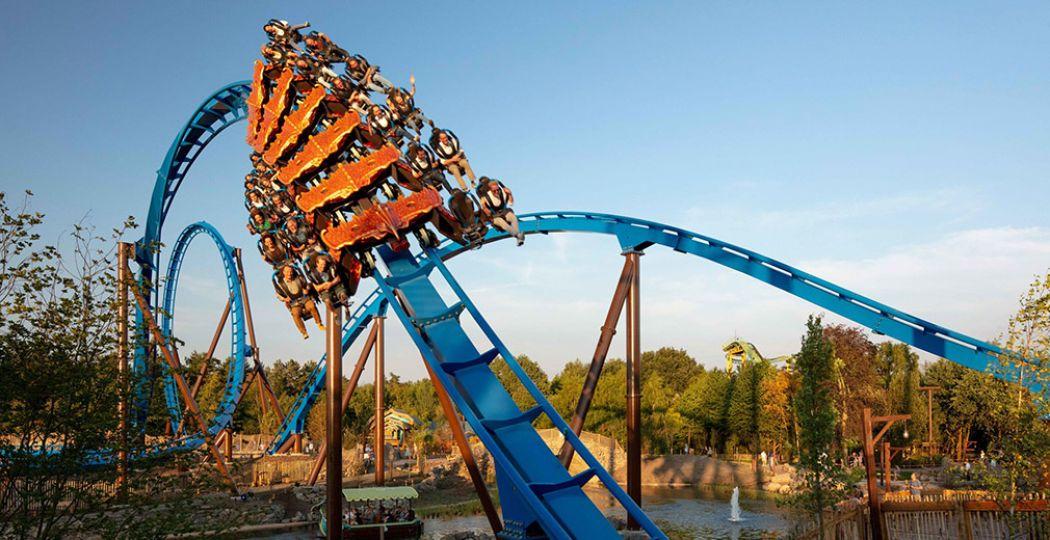 Beleef de ultieme speeddate in Attractiepark Toverland: in de wing coaster Feñix! Foto: Attractiepark Toverland.