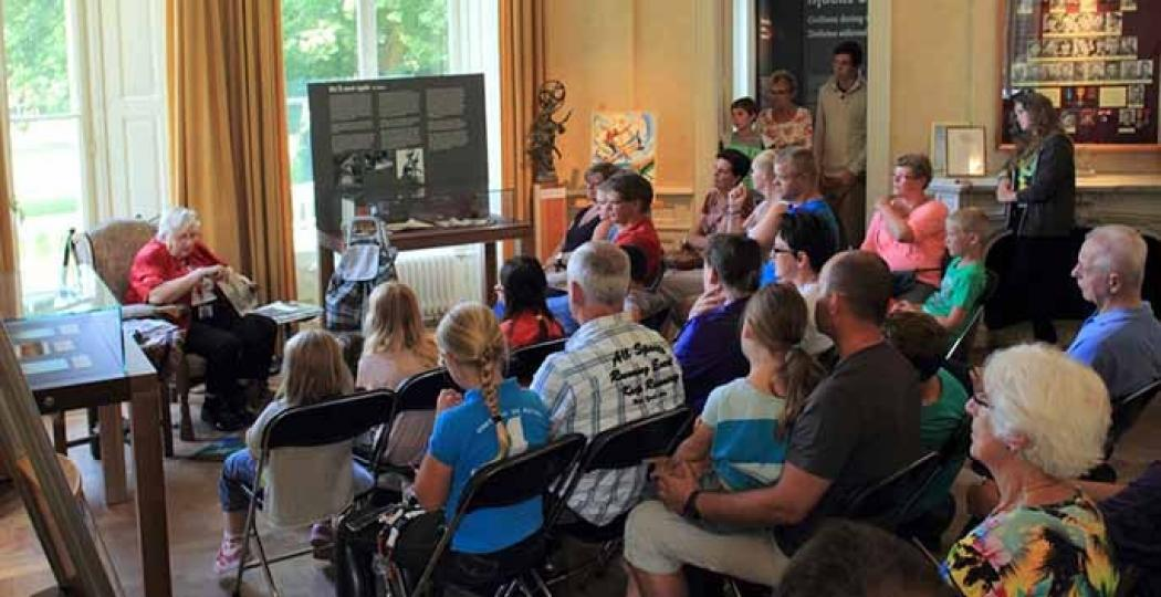 Luister naar de verhalen van opa's en oma's die de oorlog hebben meegemaakt. Foto: Airborne Museum Hartenstein / Thea Bouhuijs