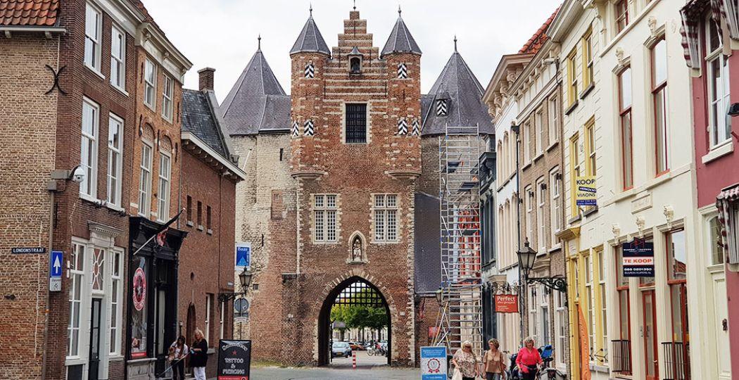 Aan het eind van de Lievevrouwestraat ligt de Gevangenpoort, het oudste gebouw van Bergen op Zoom. Te bezoeken van eind april tot eind oktober. De poort is van binnen nog helemaal middeleeuws. Foto: DagjeWeg.NL / Tonny van Oosten
