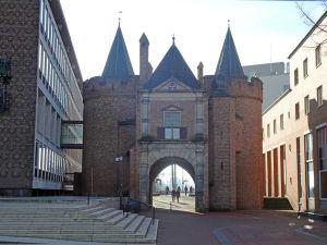 De Sabelspoort gezien vanaf de Rijnkade. Foto: Redactie DagjeWeg.NL