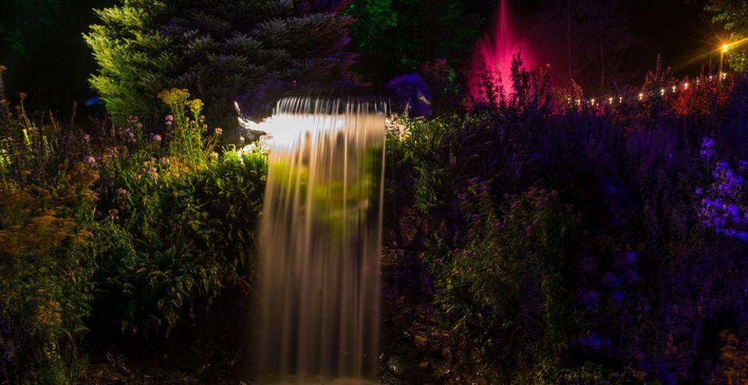 Lumido is een sprookjesachtig spektakel. Wandel door het stadspark of boek een gondelvaart om de lichtshows vanaf de bosvijver te bewonderen. Foto: Lumido.