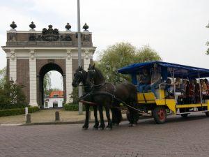 Paardentram voor het mooie stadhuis van Middelburg. Foto: Stalhouderij Labrujere-Boone