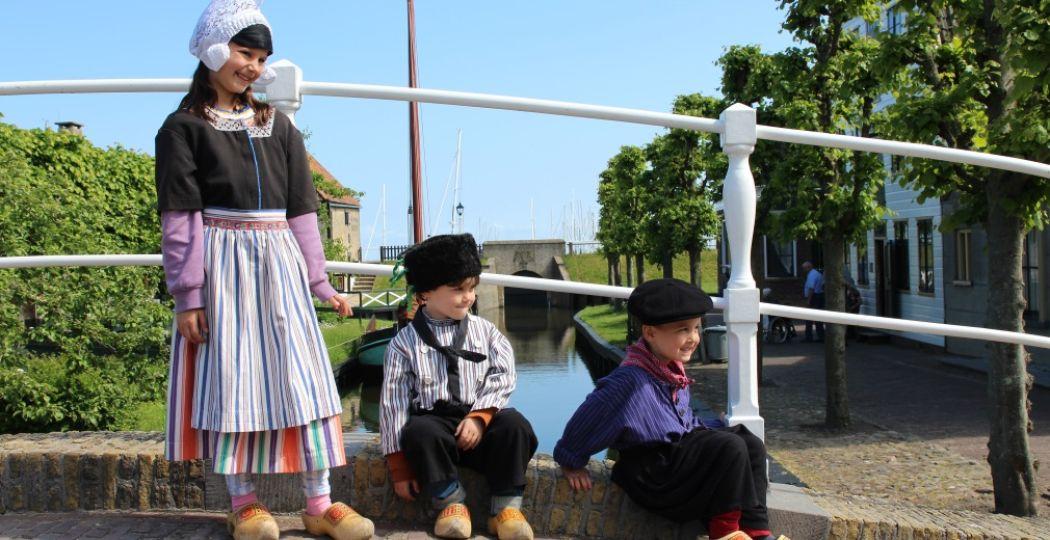 Een dagje terug in de tijd! Anna, Savi en Mika in klederdracht in het Zuiderzeemuseum Enkhuizen. Foto: DagjeWeg.NL.