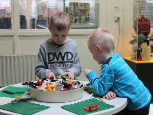 Lego-poppetjes aan het werk. Foto: LEGiO-museum.