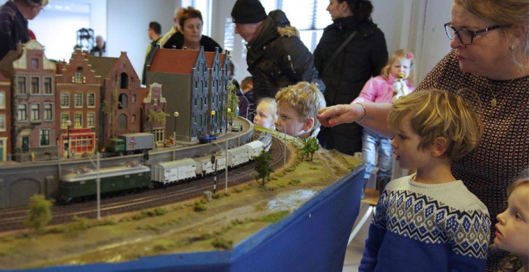 Treintjes kijken in het Nationaal Modelspoormuseum in Sneek. Foto: Henk Bootsma