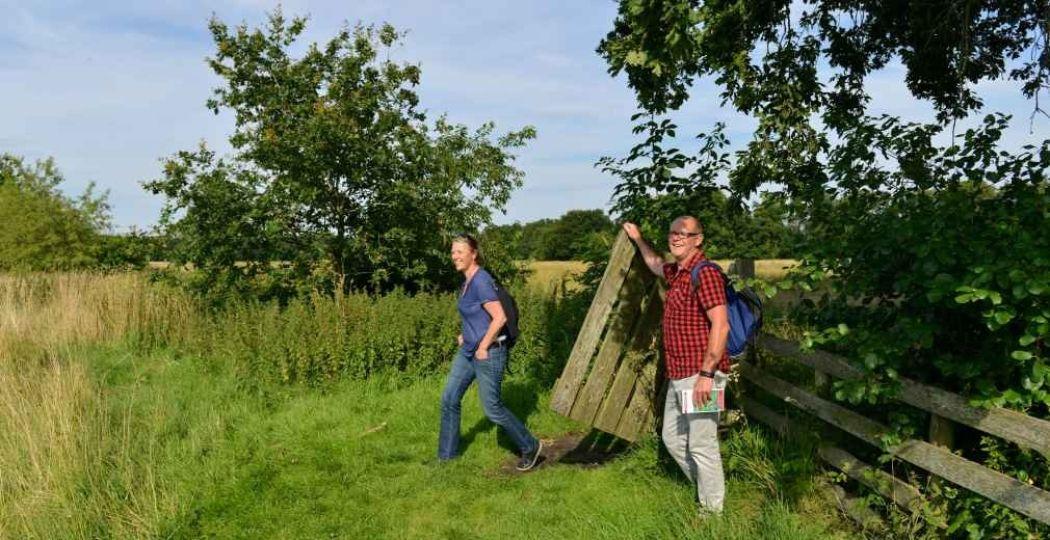 Wandelaars passeren een hekje in  Nationaal Park Drentsche Aa . Foto: Ad Snelderwaard.