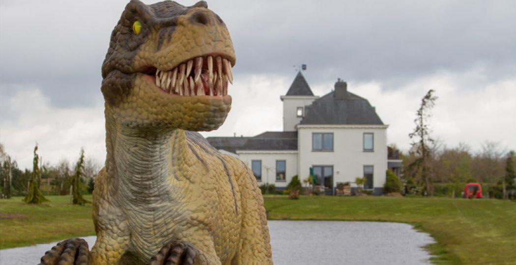 Brullende dino's nemen het landgoed in het Groningse Wedde over. Foto: Landgoed Tenaxx