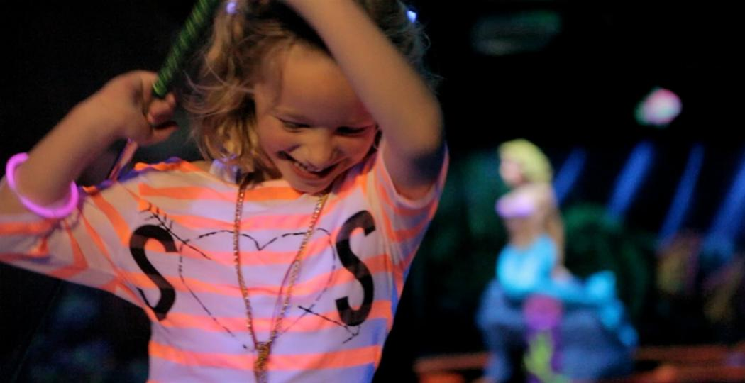 Samen glowgolfen. Foto: GlowGolf Eindhoven