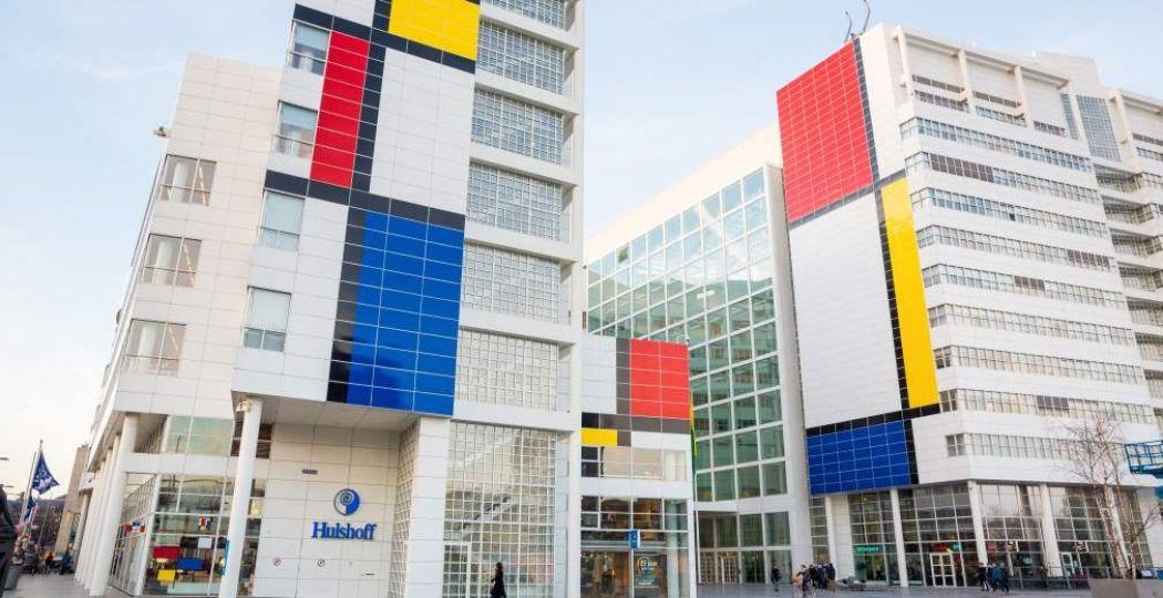 De grootste Mondriaan ter wereld op het stadhuis van Den Haag. Foto: Den Haag Marketing