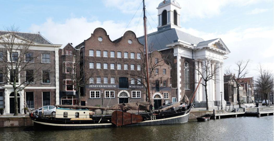 Het Nationaal Jenevermuseum ligt fraai aan het water. Foto: Titia Hahne.