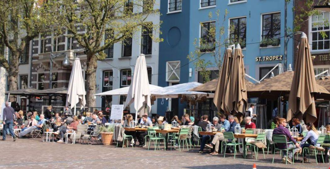 Op plein Brink barst het van de terrasjes. Foto: Redactie DagjeWeg.NL