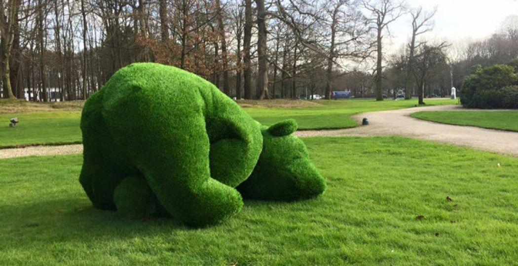 Maak kennis met het kunstwerk Grazzly: een beer van gras. Foto: Paleis Soestdijk.