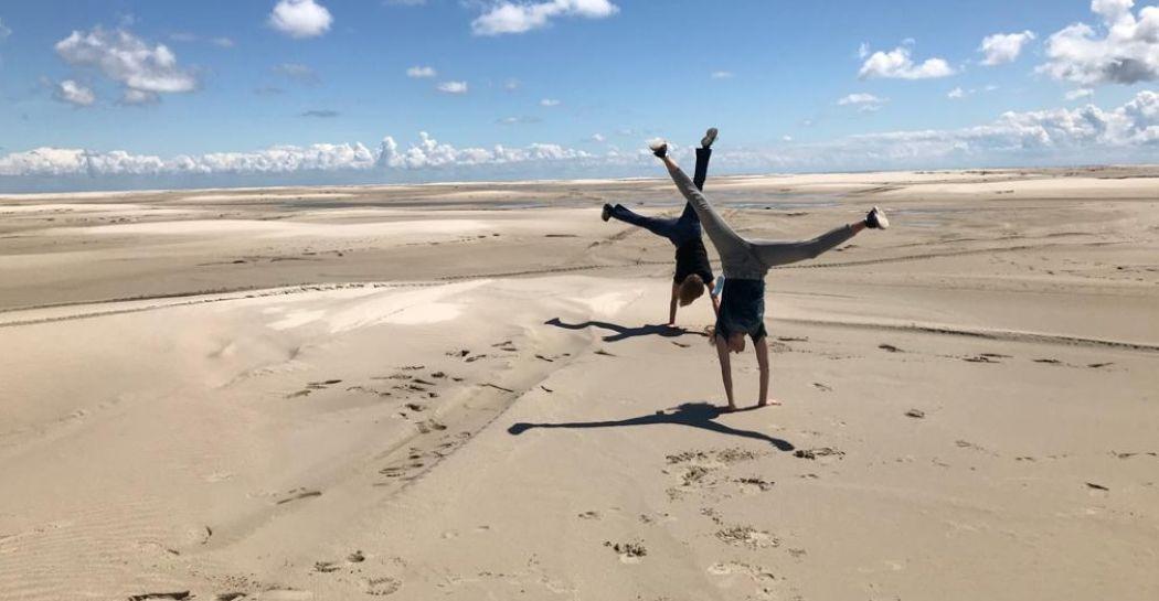 Zo ver als je kunt kijken alleen maar zand om je heen. Dat kan tijdens een wandeling op Vliehors, de Sahara van het Noorden. Foto: DagjeWeg.NL © Nikki Arendse