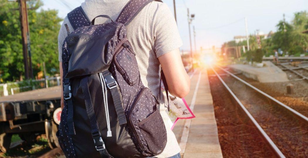 Neem niet teveel bagage mee en je reist snel en gemakkelijk met de trein. Foto: Pexels.com