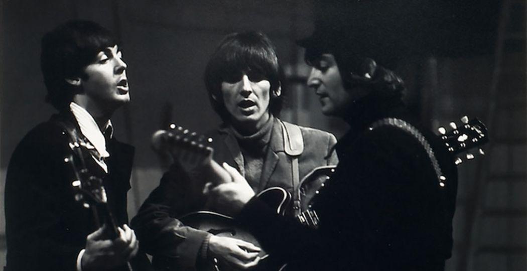 The Beatles aan het repeteren in de Donmar Rehearsal Hall, Londen, 1964. Van links naar rechts Paul McCartney, George Harrison en John Lennon. Ringo Starr ontbreekt op deze foto. Foto: Robert Whitaker.