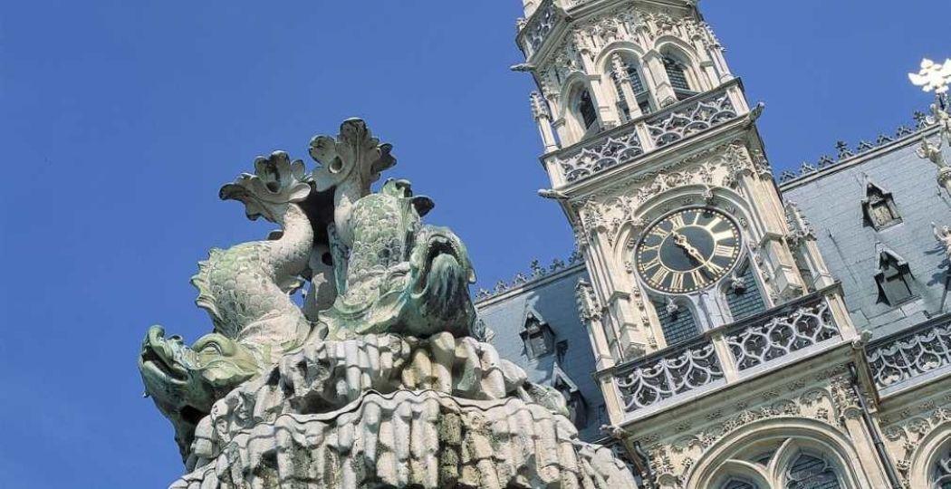 Het Stadhuis van Oudenaarde is een gebouw om voor stil te blijven staan... Foto: Stadhuis van Oudenaarde