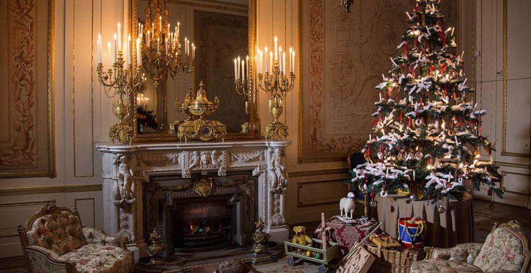In de balzaal staan de kerstboom en de cadeautjes al klaar. Foto: Museum Willet-Holthuysen © Richard Lotte.