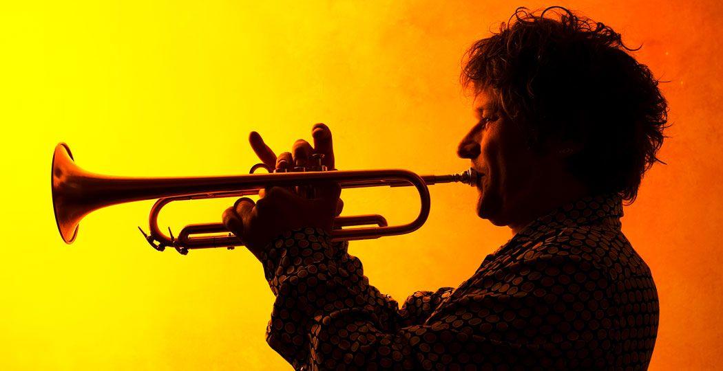 Jazztrompettist Eric Vloeimans beweegt zich graag door verschillende muzikale werelden. Op zaterdag 12 juni staat hij met organist Hayo Boerema in de Edesche Concertzaal. Foto: Management Eric Vloeimans