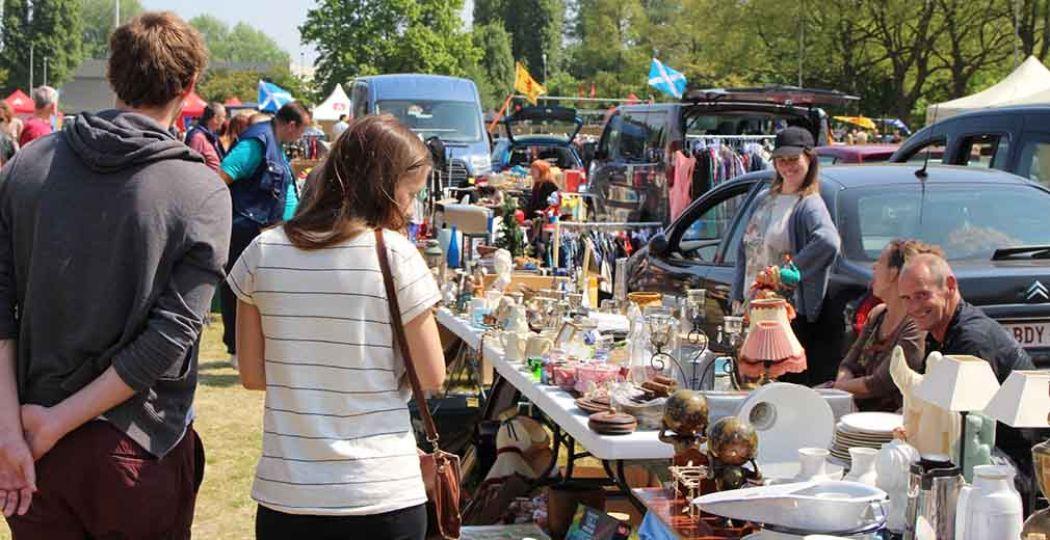 Mensen snuffelen rond op een rommelmarkt. Foto:  laurensbervoets . Licentie:  Sommige rechten voorbehouden . Bron:  Flickr.com .