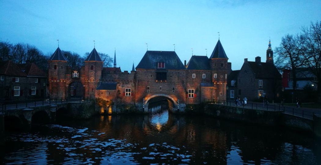 Een must-see en de perfecte plek voor een romantische kus: de Koppelpoort in Amersfoort. Foto: DagjeWeg.NL, Coby Boschma.