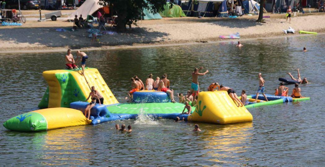 In de zomermaanden vermaken tieners zich in het aquapark op het recreatiemeer. Foto: Vakantiepark Capfun het Stoetenslagh