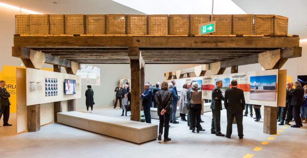 Voor de tentoonstelling is een militair compound nagebouwd. Foto: NMM © Ruud van der Graaf