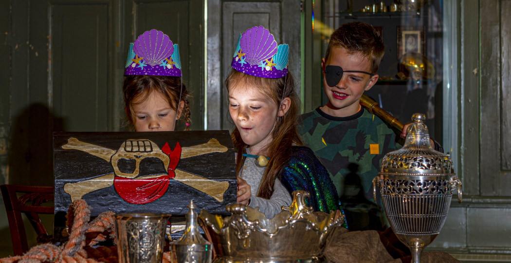 Overdag kun je speurtocht Zeemeerminnen & Piraten volgen door het Fries Scheepvaart Museum. Foto: Fries Scheepvaart Museum