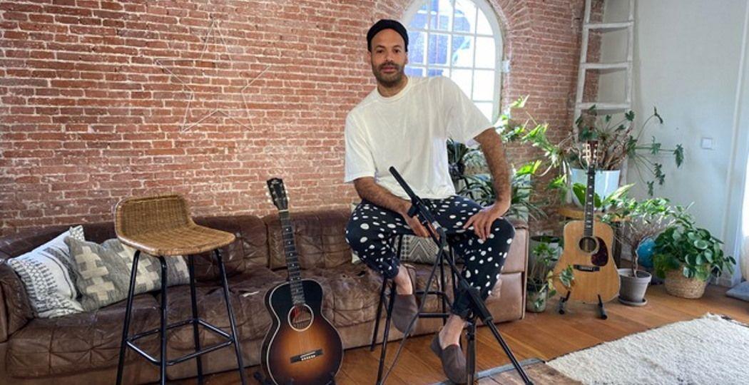 Zanger Alain Clark zoekt verbinding door middel van muziek met Alain's Safe Space, dat te volgen is via zijn social media-kanalen. Foto: Alain Clark