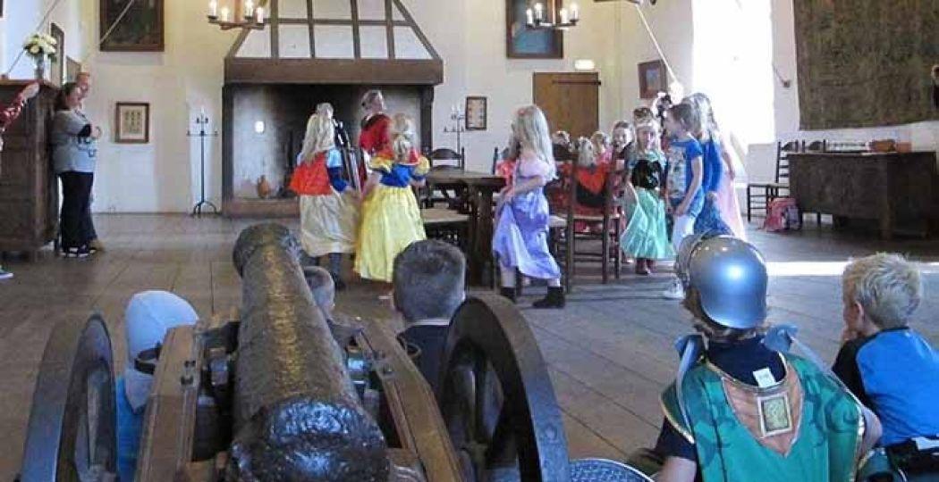 Voel je voor even een jonkvrouw of ridder tijdens de kinderrondleiding! Foto: Kasteel Ammersoyen
