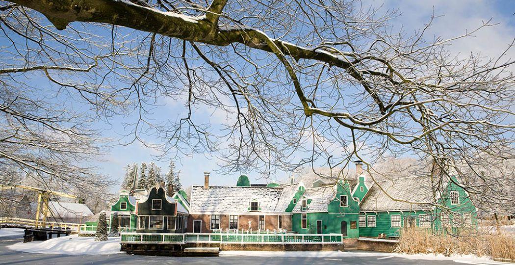 Volg een winterse rondleiding en ontdek in het Nederlands Openluchtmuseum alles over en hoe we vroeger in Nederland de winter doorbrachten. Foto: Nederlands Openluchtmuseum.