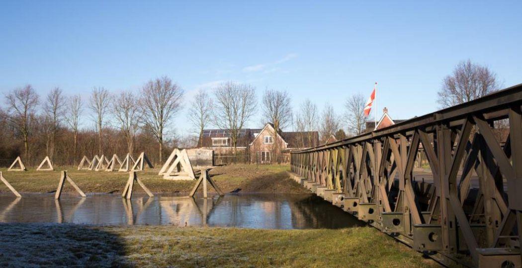 Wandel over militaire bruggen in het Bevrijdingspark. Foto: Bevrijdingsmuseum Zeeland