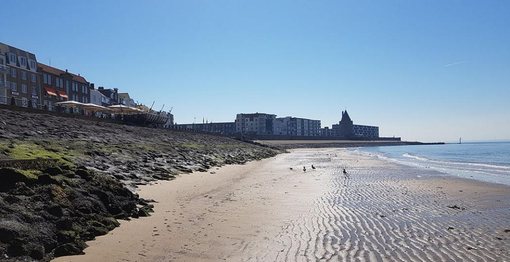 Zicht op de bekende Boulevard van Vlissingen, vanaf het strand. Foto: DagjeWeg.NL © Henk Arendse