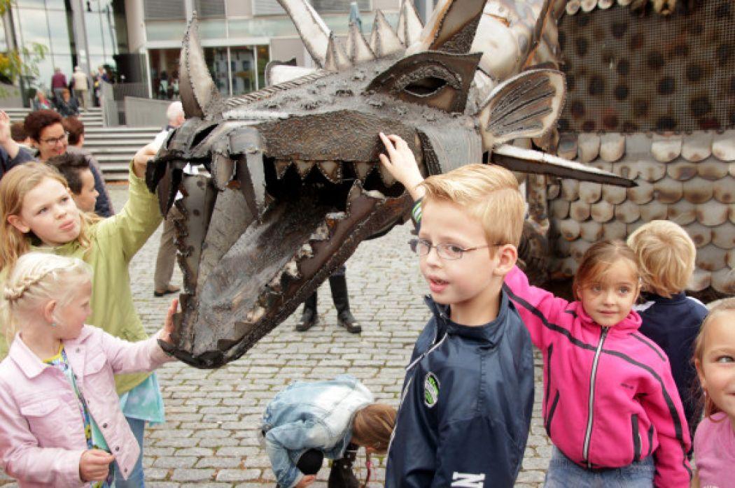 Door moderne films en sprookjes heeft de draak voor kinderen een wat vriendelijker imago gekregen. Foto: Draak Ouverture, Limburgs Museum.