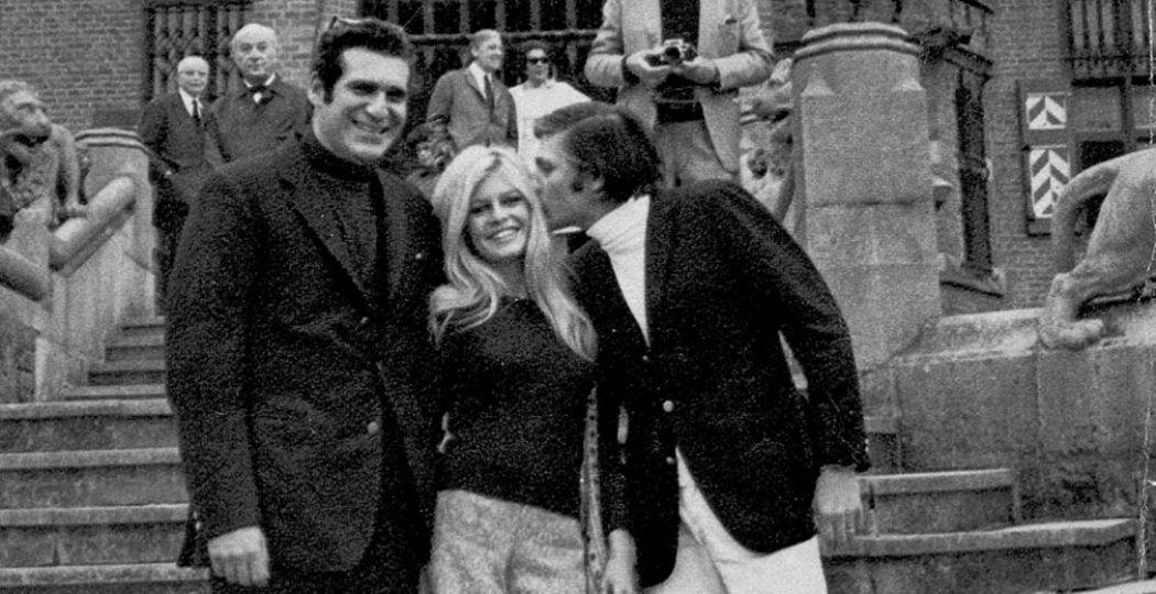 De iconische actrice Brigitte Bardot poseert vrolijk op de entreetrappen van Kasteel de Haar. In de jaren vijftig en zestig was het kasteel een populair toevluchtsoord voor internationale beroemdheden. Foto: Kasteel de Haar.