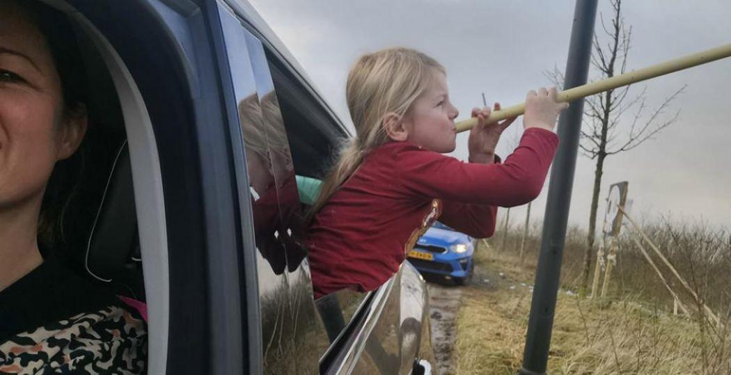 Met zo'n lange buis raakt het pijltje vast zijn doel! Er valt ook dit jaar gelukkig genoeg te beleven tijdens Pasen met de kinderen, zoals een avontuurlijke autorit vol raadsels en spelletjes. Foto: Lionsclub Noordoostpolder