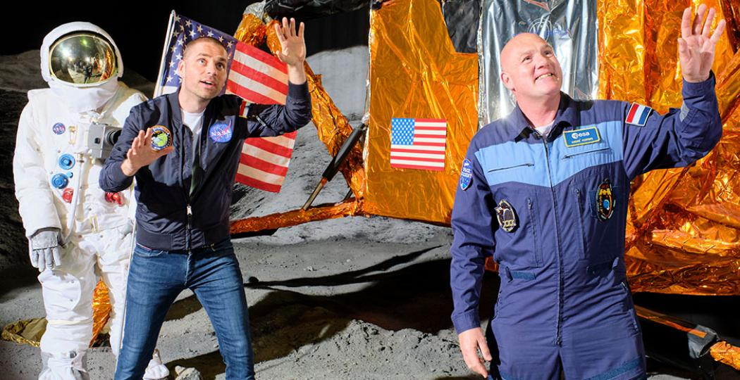 Tijdens de opnames van Missie in het Museum bij Space Expo, met van links naar rechts schrijver Sander Koenen en astronaut André Kuipers. Foto: Space Expo