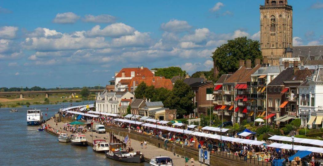 Honderden kramen langs het water. Foto: rechtenvrij/via VVV Deventer