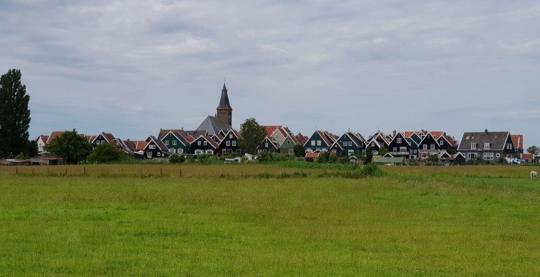 Het vissersdorpje Marken, gezien vanaf het eiland zelf. Er is geen andere plek in Nederland die hier op lijkt. Foto: DagjeWeg.NL © Tonny van Oosten