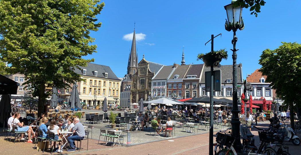 Drink een heerlijk Limburgs biertje of proef verrukkelijke streekgerechten op de Markt van Sittard. Foto: Fotoarchief Visit Zuid-Limburg