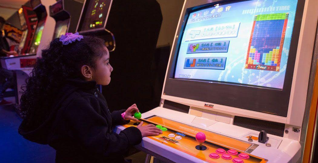Ook kinderen vermaken zich uitstekend met de leukste spelletjes van vroeger bij Game On. Foto: © Dado Marietti, Bienal Sao Paolo