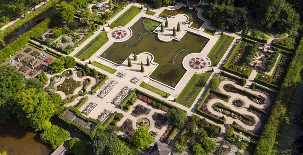 Het Rosarium van bovenaf. Bewonder duizenden prachtige rozen in de symmetrische siertuinen. Foto: Kasteeltuinen Arcen.