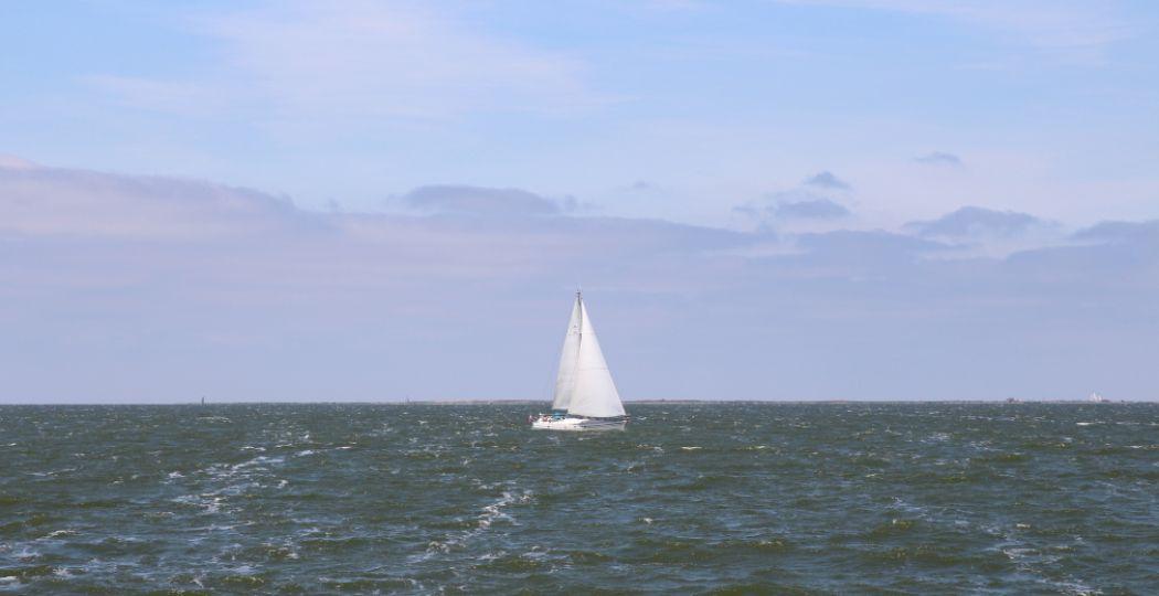 Dagje uit varen? Trotseer de Friese wateren. Foto: DagjeWeg.NL.