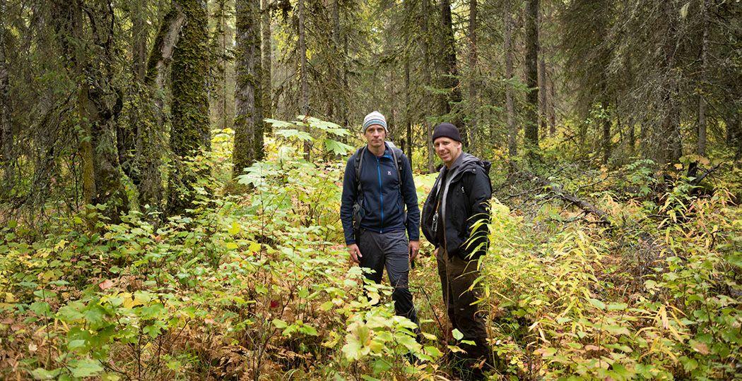 Jelle Brandt Corstius (links) en Jeroen Toirkens in het Kenai Fjords National Park, in de afgelegen taiga van Alaska, september 2019. Daar verbleven ze in een blokhut midden in het bos. Foto: Jeroen Toirkens - Courtesy Kahmann Gallery
