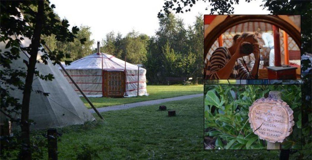 Overnachten in een yurt is een bijzondere belevenis, met oog voor ontspanning en duurzaamheid. Op het bordje staat: 'Wij horen hier graag de vogels vliegen.' Het is een knipoog naar een boek over de stilte in Mongolië. Foto's: DagjeWeg.NL