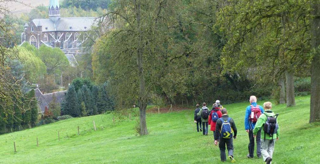Wandelaars naderen abdij van Val-Dieu tijdens 'een wandeling rondom Zuid-Limburg'. Foto: Wandelroute van het Jaar 2018.