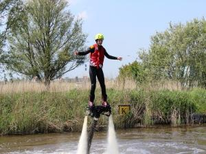 Sjees over het water met een flyboard. Foto: Hydro Flight.