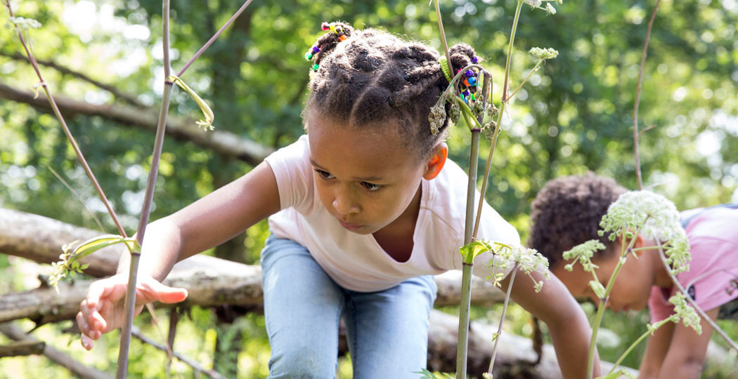 Kinderen spelen in de vrije natuur en zonder al te veel externe prikkels in de OERRR-speeltuinen van Natuurmonumenten. Foto: Natuurmonumenten © Janine Bekkers
