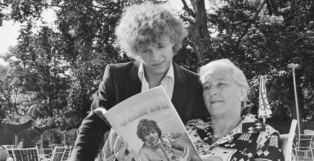 Bekijk bijzondere foto's van race-icoon Jan Lammers, waaronder deze foto waarbij hij het boek 'Jantje' bekijkt met zijn moeder. Foto: Koen Suyk, Nationaal Archief / Anefo